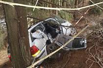 U Svratky havaroval řidič s osobním vozidlem, zůstal v něm zaklíněný.