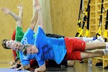 Novoveselští házenkáři zahájili přípravu na extraligovou sezonu. Pod vedením nového trenéra Pavla Hladíka (na snímku vlevo dole v modrém tričku) podstoupili hned na úvod ostrý kondiční trénink.