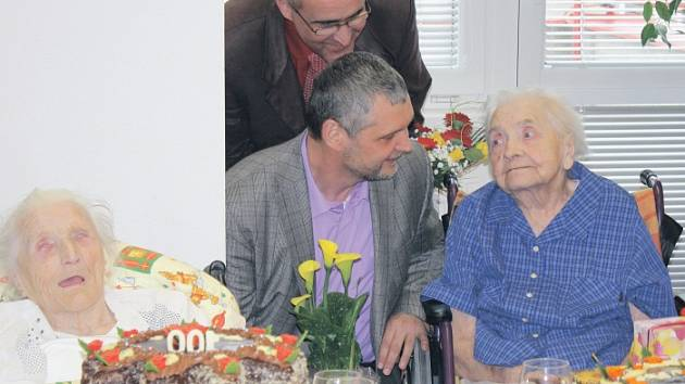 Marie Matulková (v modrém) a Antonie Zástěrová slavily svá životní jubilea.