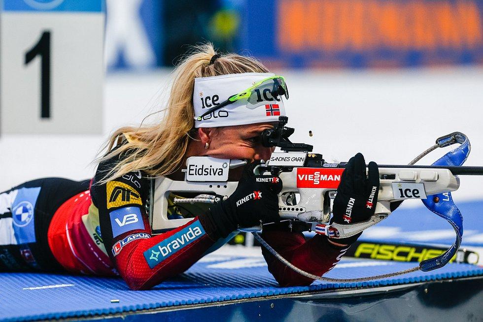 Tiril Eckhoffová v závodu Světového poháru v biatlonu - stíhací závod žen na 10 km.