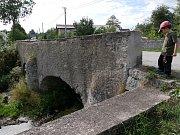 Pilíř kamenného mostu je v havarijním stavu.