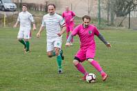 Fotbalisté Počítek (v růžovém) v neděli vybojovali na hřišti Nedvědice nerozhodný výsledek 3:3.