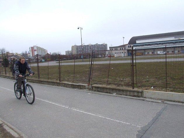 Víceúčelová sportovní plocha u zimního stadionu, která je primárně určena pro rychlobruslení, volá po rekonstrukci.