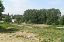 FARSkÁ HUMNA.  Za pár let by se měli napříč Farskými humny prohánět cyklisté, místo k odpočinku tam budou mít senioři a ke svým hrám také malé děti. Zatím však neutěšený stav lokality ničím nepřípomíná park, který by tam měl v budoucnu vyrůst.
