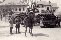 Jeden ze snímků ruských vojáků na žďárském náměstí. Za fotodokumentaci z posledních dnů druhé světové války Žďár nad Sázavou vděčí místnímu fotografovi Vilému Frendlovi.