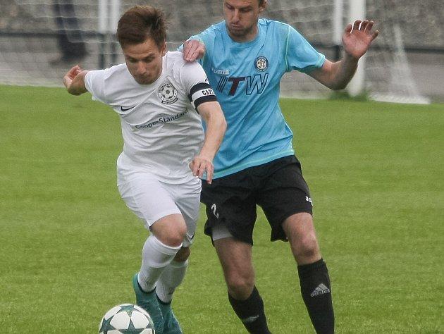 Velká Bíteš (v modrém) o víkendu remizovala s Rosicemi, Žďár (v bílém) přivezl tři body z Polné.