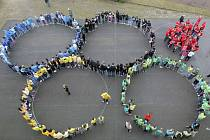 Žáci, učitelé i další zaměstnanci školy si mezi sebou rozdělili jednotlivé kontinenty a posledního únorového dne pak oblečeni v příslušných barvách společně vytvořili olympijský symbol.