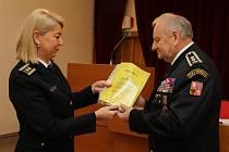 Předsedkyně volební komise Monika Němečková předává dekret o zvolení novému starostovi SH ČMS Jan Slámečkovi.