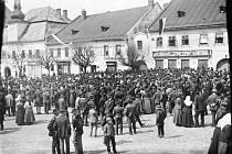 """Zatímco z Města Žďáru se fotky nedochovaly, v tehdejším okresním Novém Městě na Moravě byli fotografové pohotovější. Lidé se 29. října 1918 odpoledne sešli na náměstí, kde nechyběly ani """"oběšené"""" rakousko-uherské orlice."""