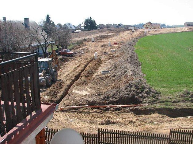 V Novém Městě vznikaji dvě desítky inženýrských přípojek nových domů.