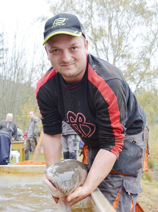 """Už v pátek volili rybáři z vojnoměsteckého Rybářského spolku M. """"V sobotu za rozednění jsme měli sraz v lovišti, jinak to nešlo,"""" usmál se rybář Karel Malivánek mladší."""
