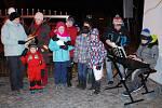 Na dvě stě dětí a dospělých zpívalo koledy před kostelem svatého Ondřeje ve Vojnově Městci.