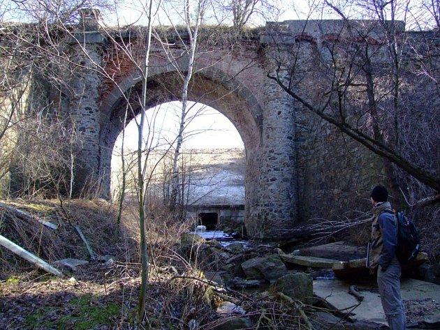 Památkově chráněný most označovaný jako Vysoký nebo Loupežnický stojí blízko obce Petráveč. Za nemovitou kulturní památku byl prohlášen před třiceti lety, nachází se však v areálu skládky a žádná silnice už přes něj dávno nevede.