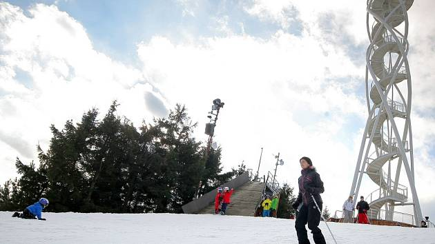 Dobré podmínky k lyžování hlásí například Fajtův kopec ve Velkém Meziříčí. Areál je zpestřen novou celoročně přístupnou rozhlednou.