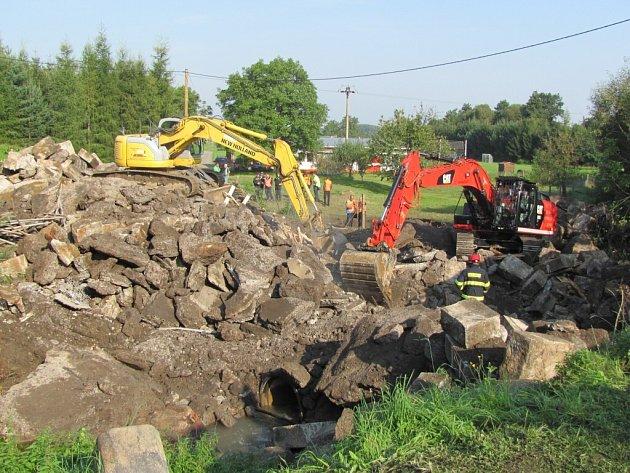 Takhle to na místě tragédie vypadalo včera dopoledne. Pod zříceným mostem ve Vilémově zůstali čtyři mrtví dělníci.