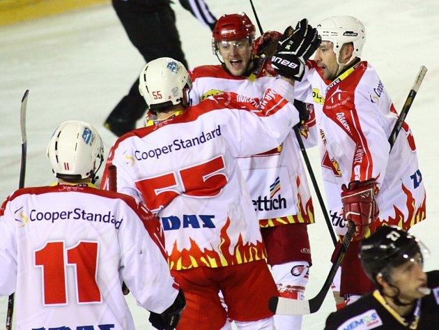 Jiří Plachý (vlevo) děkuje Vladimíru Říhovi (uprostřed) za gólovou přihrávku na 1:1, asistenci si připsal i Pavel Staněk.