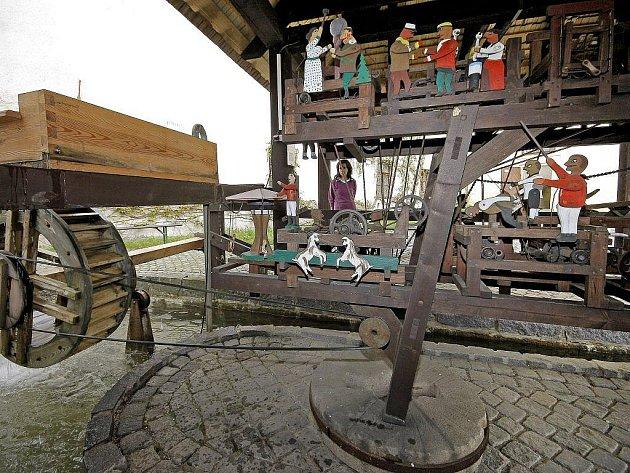 Podívaná na dřevěný stroj s malovanými figurkami poháněnými vodním kolem láká každým rokem jak malé, tak velké návštěníky Horáckého muzea. Exponát je v provozu až do září.