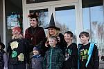 V PRŮVODU. Oslavu čarodějnického reje v sobotu zahájili ti nejmladší u jamského kulturního domu, aby se tam nechali vymalovat do čarokrásy, a s lampionky se vydali vstříc čtyřmetrové vatře u sportovního areálu nad obcí.