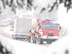 Nejvážnější dopravní nehoda se stala v pondělí ve 12:28 hodin na silnici u obce Škrdlovice na Žďársku. Jednalo se o čelní střet dvou vozidel.