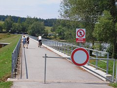 Na hrázi turisticky frekventované Pilské nádrže se objevil zákaz vstupu. Lidem se to nelíbí.