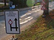 V pátek 16. listopadu začalo vyznačování nové miniokružní křižovatky na ulicích Wonkova, Vysocká a Studentská ve Žďáře nad Sázavou.