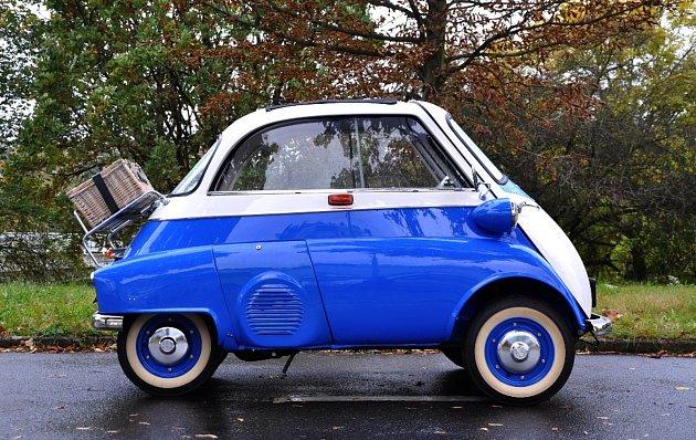 Nejmenším autíčkem, které bude v neděli v zámku k vidění, je anglický Austin 7 z roku 1930.