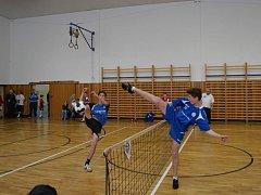 Na snímku z českého žákovského poháru blokuje žďárský Kryštof Komínek útok soupeře.