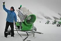 Nízké teploty posledních dnů dovolily vyrobit stovky kubíků technického sněhu za pomoci mnoha sněhových děl.