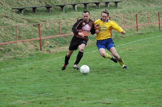Fotbalisté Vrchoviny B (vlevo Pavel Bukáček) sice nad Zbýšovem vedli, ovšem poté vysoko prohráli.