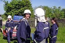Členové Sboru dobrovolných hasičů ze  Zubří při soutěži ve Vlachovicích.