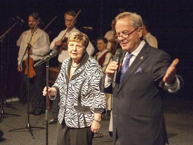 Moderátor Alexandr Hemala představil Janu Černou coby další z osobností Nového Města na Moravě.