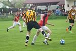 V derby mezi domácím béčkem Nové Vsi (v červeném) a fotbalisty Rozsoch (v pruhovaném) se radovali hosté.