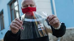 Nadšenci vymysleli celoobličejové jednorázové ochranné štíty