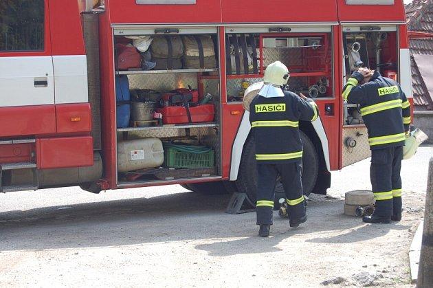 Ulicemi Velkého Meziříčí se ve středu krátce po patnácté hodině rozléhaly sirény hasičských aut.