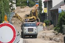 Kromě opravy kanalizace se pracuje také na novém chodníku pro pěší.