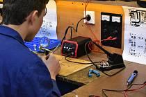 Studenti mají k dispozici kvalitní pájecí i měřicí techniku, která jim pomůže připravit se na práci v praxi.