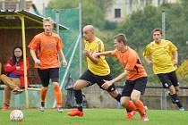 V předposledním kole letošního ročníku okresního přeboru fotbalisté Hamrů (ve žlutém) deklasovali poslední Vír na jeho půdě 6:0.