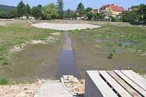 Rybník Kazmírák je již odbahněný. Hotové je také koryto potoka.