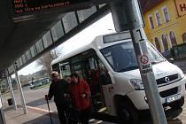 Novoměstskou hromadnou dopravu zatím nevyužívá příliš mnoho cestujících, odpovídá tomu i silně záporná ekonomika provozu. Radní už mají připraven balík změn pro příští rok, které by měly jízdy autobusů zefektivnit.