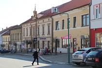 Bystřická radnice vyčlenila grant, z něhož mohou majitelé domů na náměstí žádat o příspěvek na novou fasádu.