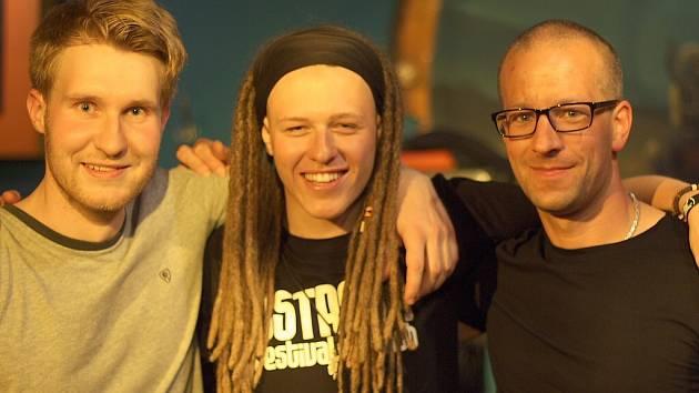 """BLUES MINE TRIO. Kapela existuje už šest let. Momentálně Martin Poledna, Libor Orel a Ondřej Pohl (na snímku zleva) připravují po prázdninách """"comeback koncert"""" ve žďárském Jazzmine clubu."""