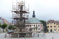 Na trojičním sloupu ve Žďáře začal pracovat restaurátor. Sousoší postavil v r. 1706 tyrolský rodák Jakub Staenhübel. Mistr Jakub se stal ve městě bohatým měšťanem, ale pak se zadlužil, nestaral se o rodinu a ze Žďáru odešel.