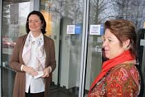 Certifikační samolepky Úřad s úsměvem nalepily na vstupní dveře žďárského městského úřadu předsedkyně sněmovny Miroslava Němcová a starostka Žďáru Dagmar Zvěřinová.