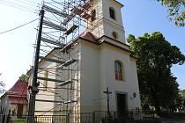 """Jakmile bude kříž vrácen zpět na své místo, zmizí lešení """"zdobící"""" kostelní věž."""