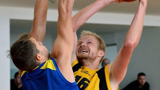 Ani letos se Jiří Bubák v dresu basketbalistů Jihlavy (ve žlutém) postupu do play-off 1. ligy nedočkal.