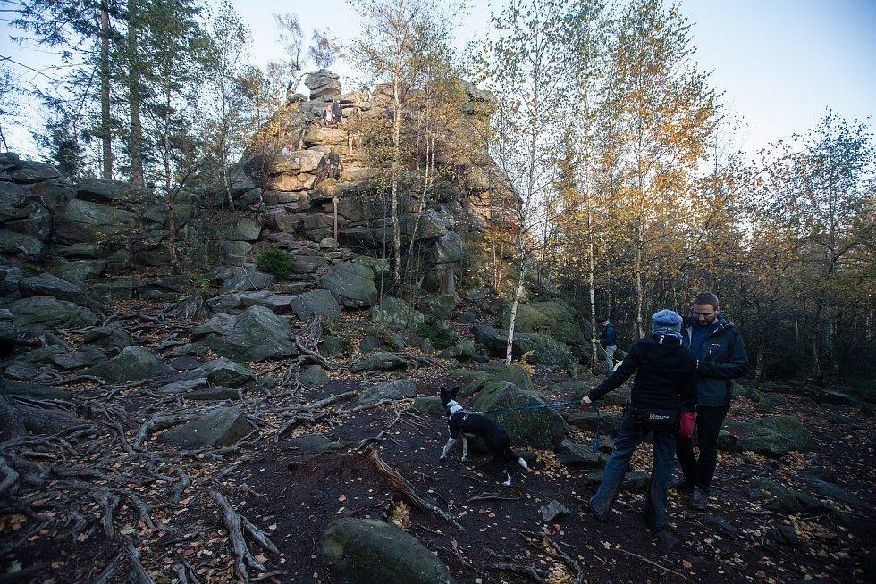 Lidé na víkendové procházce na Devět skal.