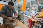 Jitrnice, jelítka, tlačenka, ovar, škvarky anebo třeba zabijačková polévka s kroupami provoněly Domov pro seniory ve Velkém Meziříčí.
