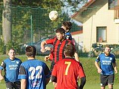 Osm kol vydržela v letošním  ročníku I. A třídy – skupiny B neporazitelnost fotbalistů Herálce (v modrém). Padli až v derby na hřišti nováčka z Moravce 1:2 (v červeném).