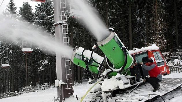 Přírodní sníh na novoměstské sjezdovce se mísí s technickým.