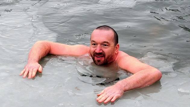 Ledová koupel ve Žďáře. Foto: Deník/Lenka Mašová